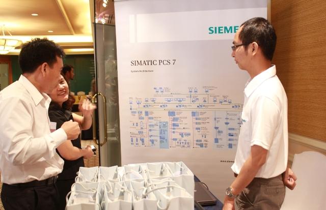 201406_newsfeed-Siemens booth